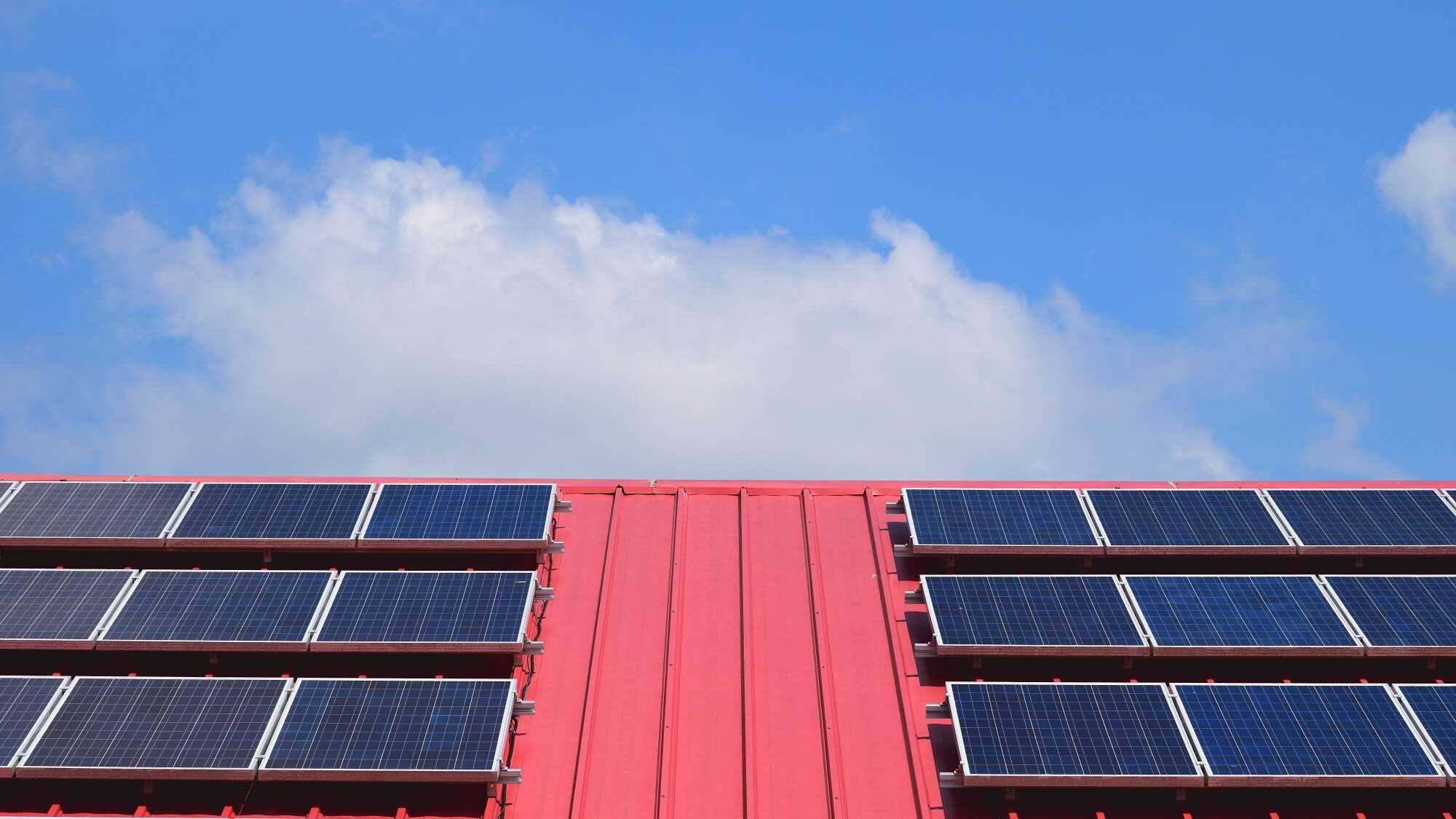 5 Reasons to Consider Solar Panel Roofing on Your Commercial Building